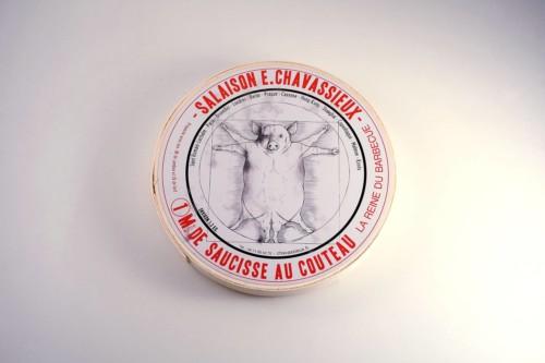 Emmanuel-Chavassieux-Salaison-Coutellerie-boutique-cuire-1m-boite-saucisse-classique